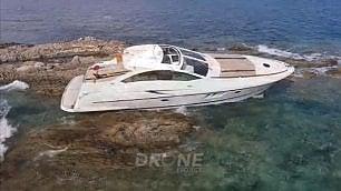 Distrugge lo yacht di papà Barca 'parcheggiata' sugli scogli