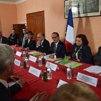 """Hollande in visita a Calais: """"I britannici facciano la propria parte"""""""