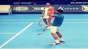 Djokovic imita Fognini in campo la moglie Pennetta se la ride