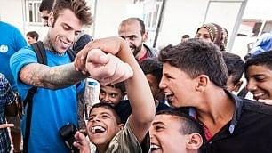 """Fedez tra i bimbi al confine siriano """"Sono io che devo ringraziare"""""""