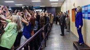 Generazione selfie in azione  c'è Hillary, tutti in posa di spalle