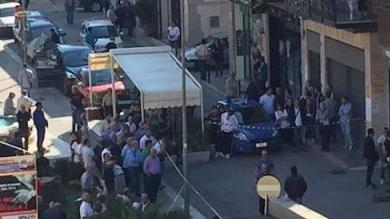 Cerignola, commando spara tra la folla in centro e rapina un portavalori: ferito un vigilante