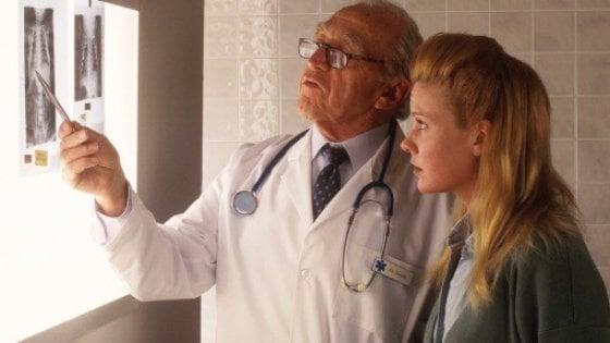 Tumori, mille nuovi casi al giorno. In aumento tra le donne, in calo tra gli uomini