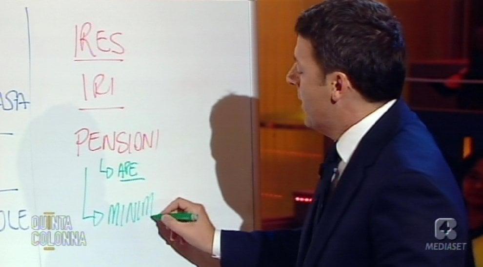 """Pensioni e tagli alle tasse, Renzi sigla il """"patto della lavagna"""""""