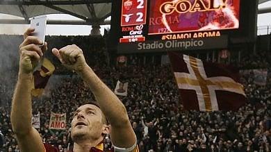 I 40 anni di Totti, auguri da tutto il mondo   'Potevo andare  al Real, ma qui sono felice'