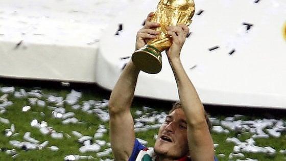 Totti Day, pioggia di messaggi per il capitano. Gaffe della Fifa: ''Auguri Fernando''
