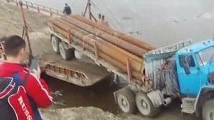 La manovra è un disastro Il camion precipita in acqua