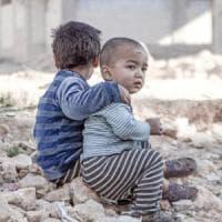 Aleppo, oltre 100 mila bambini bevono nelle pozze d'acqua