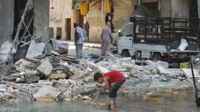 Aleppo, oltre 100 mila bambini   Video   bevono nelle pozze d'acqua