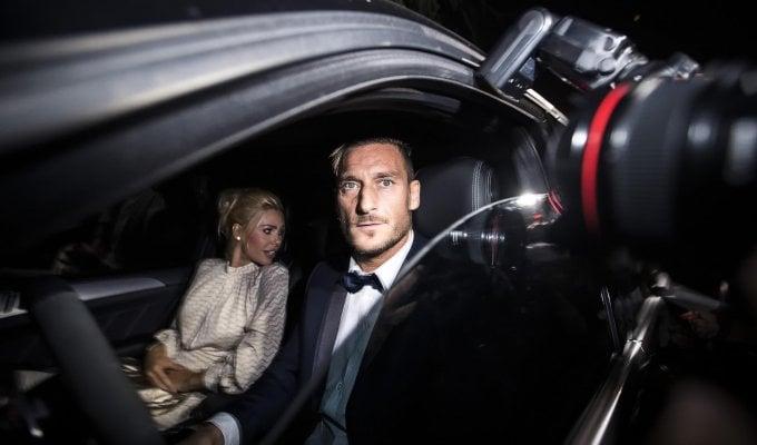 Spalletti regala a Totti una macchina del tempo. E per Ilary la canzone 'Piccolo uomo'...