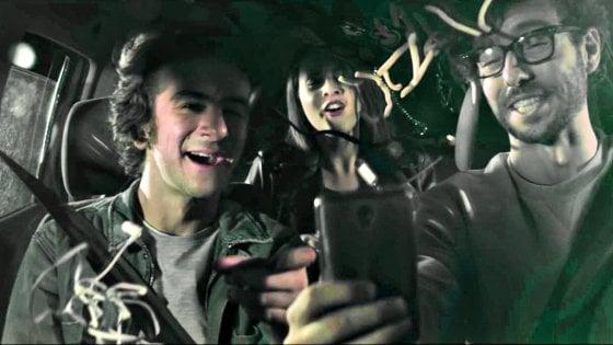 """Il chattatore compulsivo: """"Scusate, ma io in auto senza cellulare non vivo"""""""