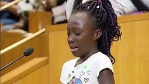 """Il discorso della bimba in lacrime  """"Siamo neri, non vergogniamoci"""""""