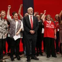 Gb, Corbyn canta 'Red flag' al congresso laburista: coro dei militanti con il pugno chiuso