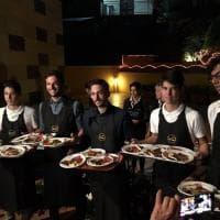 Calcio e solidarietà: i giocatori della Lazio diventano camerieri