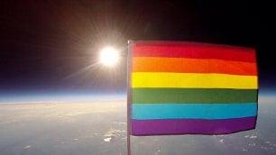 Un arcobaleno vola tra le stelle Prima bandiera Lgbt nello spazio