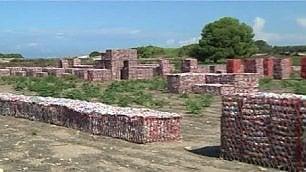 Un sito archeologico di plastica enorme installazione-denuncia    di ARIANNA DI CORI