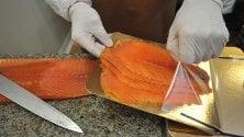 Il lato oscuro del salmone dall'allevamento al consumo