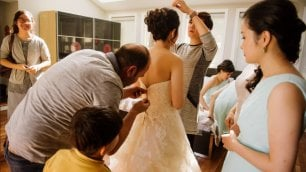 Deve sposarsi ma l'abito si rompe Rifugiato siriano salva le nozze