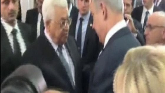 "Ai funerali l'ultimo ""regalo"" di Peres: stretta di mano Abu Mazen-Netanyahu"