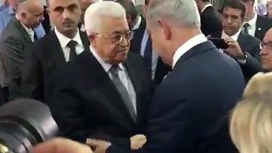 Ai funerali l'ultimo regalo di Peres: stretta di mano Abu Mazen-Netanyahu
