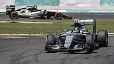 Solito duello Mercedes Ferrari subito dietro