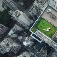 Hong Kong,  sdraiati sul tetto e mano nella mano: fotografo cerca gli sposi