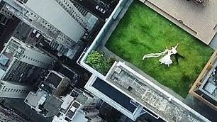 Sposini sdraiati sul tetto  filmmaker cerca la coppia