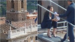Roma, Virginia Raggi sul tetto del Campidoglio: gli scatti di un giornalista portoghese