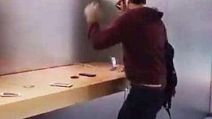Rimborso negato all'Apple Store uomo distrugge decine di iPhone