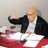 """Referendum, Napolitano bacchetta Renzi: """"Campagna partita male, ma ha capito"""". Il..."""