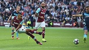 Gb, il gran gol di Payet: l'esterno del West Ham dribbla tutti e segna