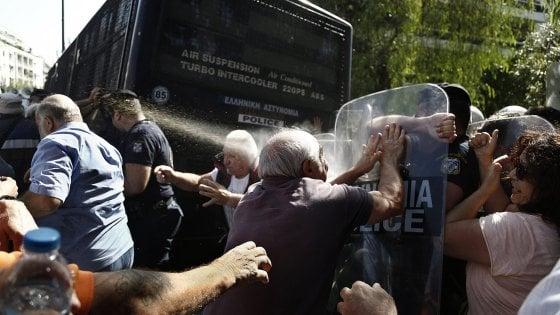 """Tsipras alle prese con le proteste anti-austerity: """"Niente lacrimogeni su pensionati e operai"""""""
