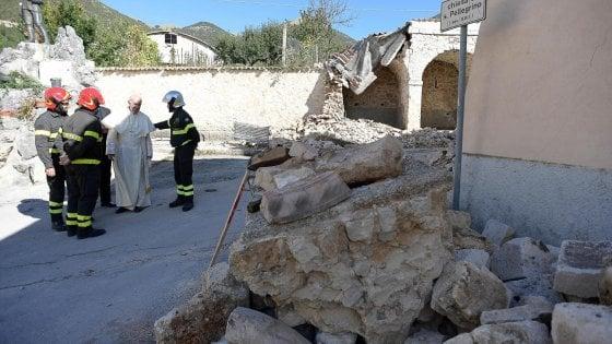 """Il Papa nei luoghi del sisma: """"Abbiate il coraggio di andare avanti"""""""