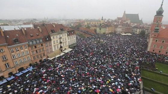 Polonia, vince la protesta delle donne. Marcia indietro del governo sulla legge anti-aborto