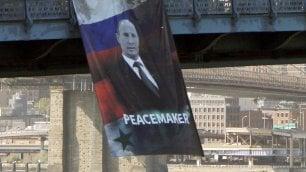 Tanti auguri Putin da Ny, lo striscione ironico: Peacemaker