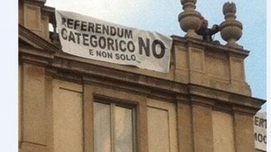 Milano, sul tetto della Scala con lo striscione No al referendum: negoziatori in azione