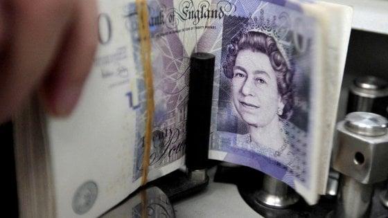 Sterlina in picchiata, per la prima volta l'euro vale di più