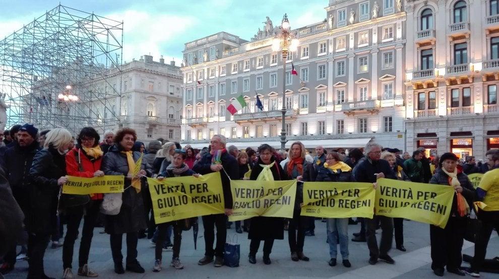 Caso Regeni, centinaia in piazza a Trieste contro il sindaco del no-striscione