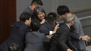 Hong Kong, si insedia nuovo parlamento: la protesta dei deputati ribelli