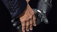Obama stringe la mano robotica: l'incontro con Nathan, l'uomo che ha ritrovato il tatto