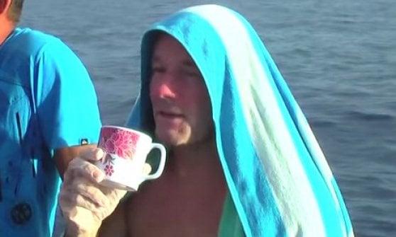L'incredibile storia di Brett Archibald, cade dalla barca e sopravvive 28 ore nell'oceano
