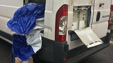 Milano, assalto a portavalori carico di gioielli in tangenziale: i rapinatori fanno fuoco