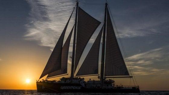 Lampedusa, la nave di Greenpeace porta in dono un impianto fotovoltaico