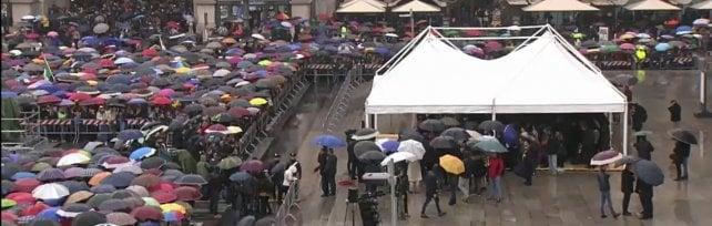 Dario Fo, in migliaia per l'ultimo applauso in piazza Duomo. Saviano: Paese ingrato