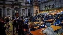 Milano, una notte  da clochard  si mangia e si beve  con loro all'aperto