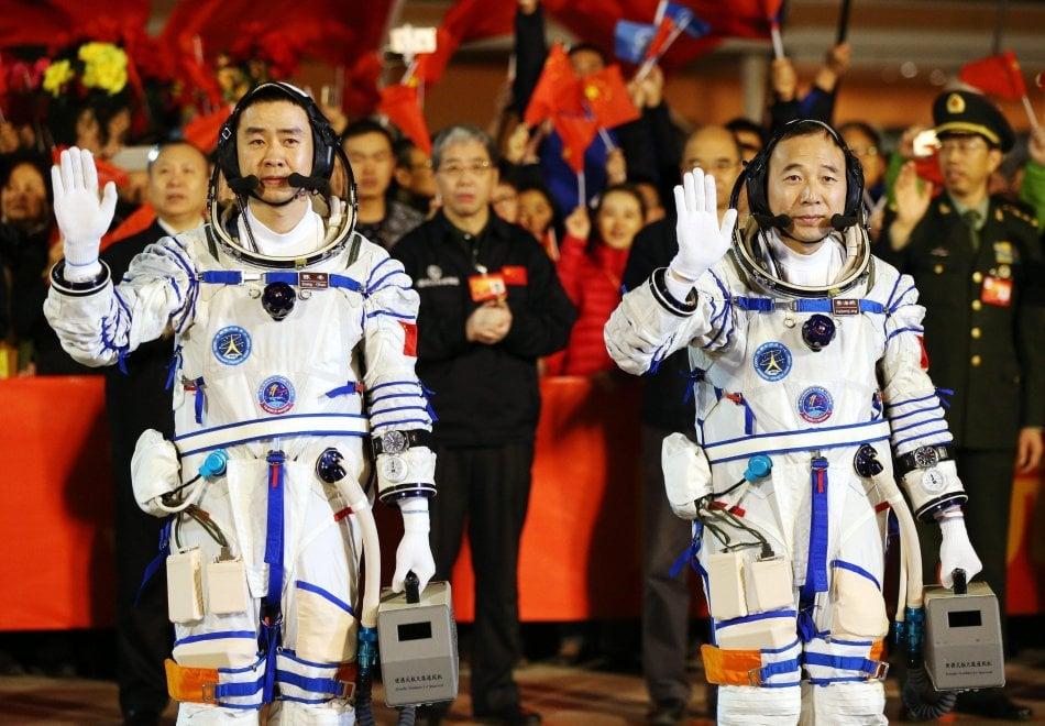 La Cina ha inviato due astronauti sulla Tiangong-2, la stazione orbitale lanciata il mese scorso, per condurre esperimenti scientifici e sulle tecnologie spaziali. Gli astronauti Chen Dong e Jing Haipeng, quest'ultimo alla terza missione spaziale, sono stati lanciati nello spazio a bordo della navicella Shenzhou-11, sistemata sul vettore Long March-2F, dalla base di lancio di Jiuquan, in Mongolia. La missione durerà 30 giorni, il tempo più lungo di permanenza nello spazio da parte dei 'taikonauti' cinesi.