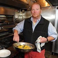 Mario Batali, chi è lo chef italoamericano che cucinerà per Obama e Renzi