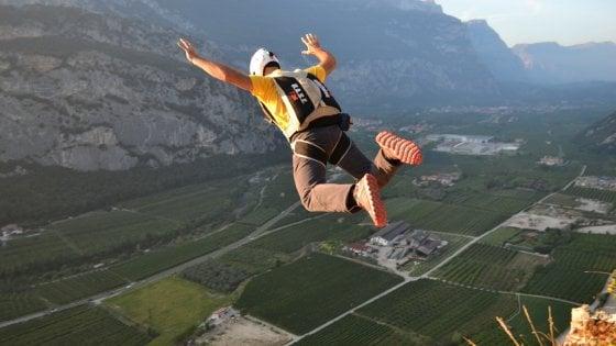 La sfida all'impossibile dei base jumper. In un anno 37 morti, tutti in diretta web