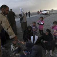 Iraq, a Mosul armi chimiche e mine: così l'Isis usa i civili come scudi umani