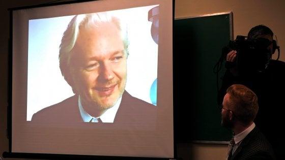 """L'Ecuador ammette: """"Abbiamo staccato Internet ad Assange, non interferisca su elezioni Usa"""""""